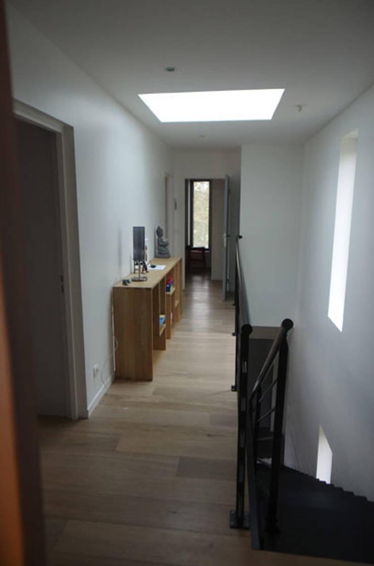 palier et coursive étage: Maisons de style  par Atelier d'Architecture Marc Lafagne,  architecte dplg