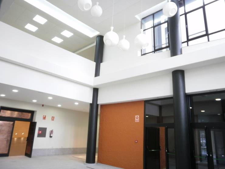 Doble altura del hall de entrada: Salones de eventos de estilo  de Arquitectos Fin