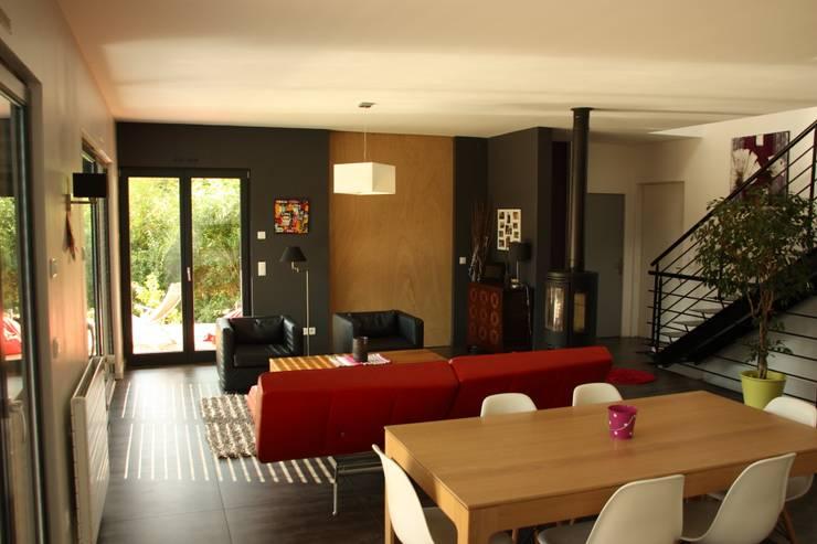 Le séjour, cloison coulissante du bureau fermée: Maisons de style  par Atelier d'Architecture Marc Lafagne,  architecte dplg