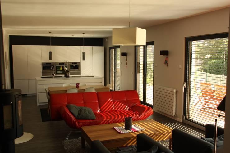 Le séjour, vers la cuisine et le jardin: Maisons de style  par Atelier d'Architecture Marc Lafagne,  architecte dplg