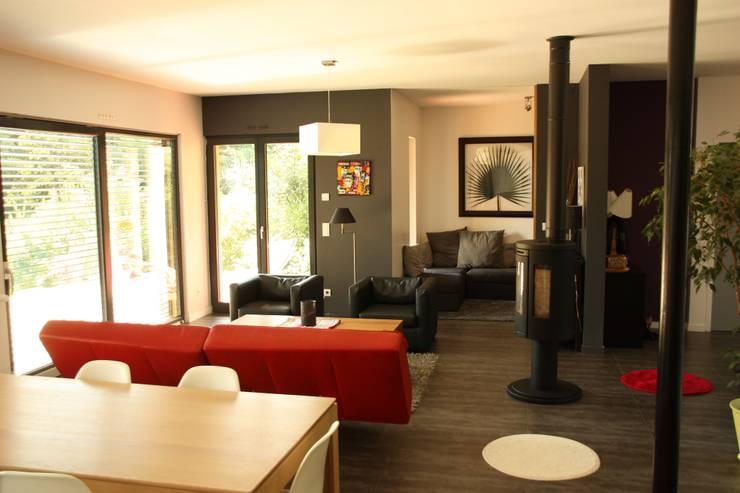 Le séjour, vue vers le sud ouest et le bureau: Maisons de style  par Atelier d'Architecture Marc Lafagne,  architecte dplg