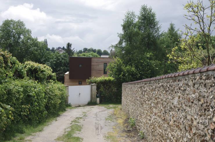 la façade nord vue du chemin d'accès: Maisons de style  par Atelier d'Architecture Marc Lafagne,  architecte dplg