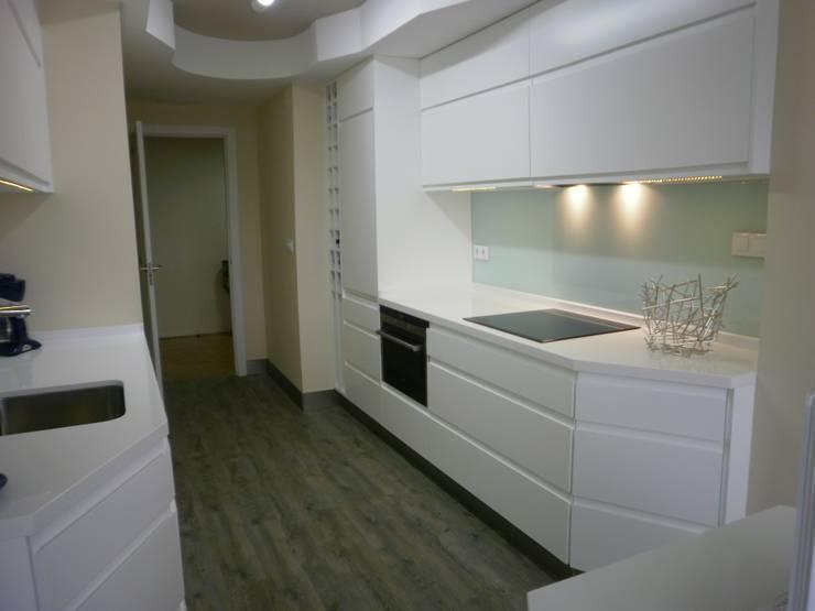 Cocina de un apartamento privado: Cocinas de estilo  de Arquitectos Fin