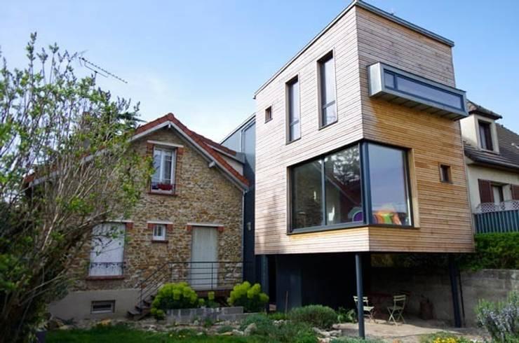 L'extension coté jardin, montée sur pilotis: Maisons de style  par Atelier d'Architecture Marc Lafagne,  architecte dplg