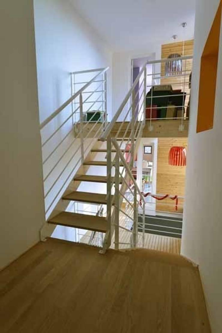 L'escalier intérieur.: Maisons de style  par Atelier d'Architecture Marc Lafagne,  architecte dplg