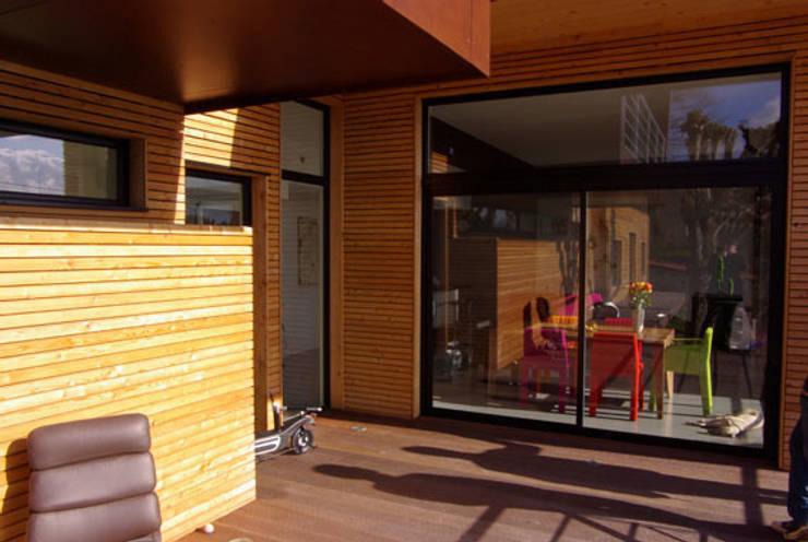 La terrasse sud, vers la salle à manger: Maisons de style  par Atelier d'Architecture Marc Lafagne,  architecte dplg
