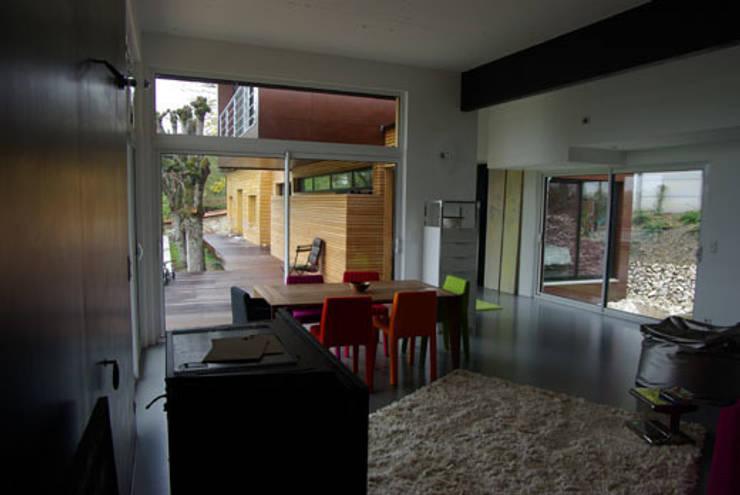 Le séjour, vue vers la terrasse sud: Maisons de style  par Atelier d'Architecture Marc Lafagne,  architecte dplg