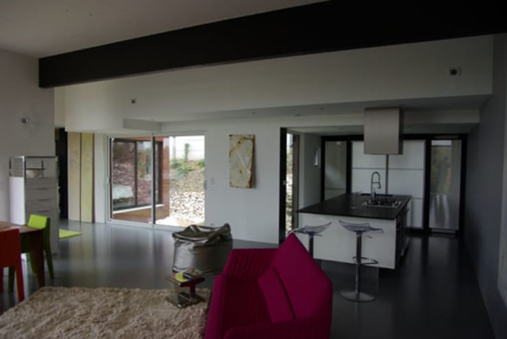 Le séjour, la cuisine et le patio: Maisons de style  par Atelier d'Architecture Marc Lafagne,  architecte dplg
