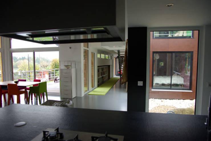 La cuisine, la salle à manger, la galerie et le patio: Maisons de style  par Atelier d'Architecture Marc Lafagne,  architecte dplg