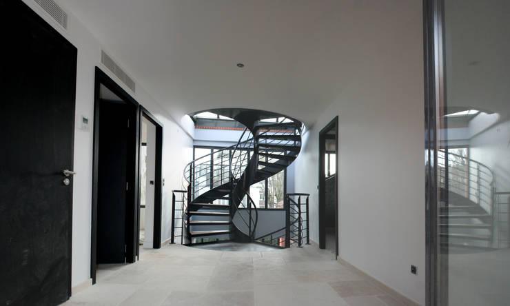 Villa Montsouris.  Hall du 2éme étage. Atelier Morales 2014: Maisons de style  par Atelier Morales