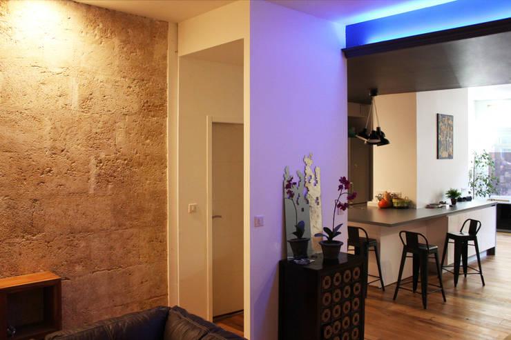 Toilettes: Couloir et hall d'entrée de style  par BIENSÜR Architecture