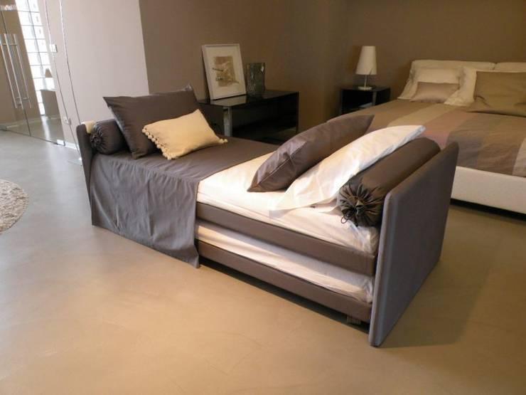Flou - Duetto: Camera da letto in stile  di Salvioni Spa