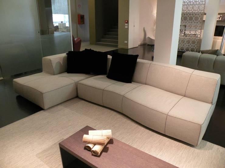 B&B - Bend Sofa: Soggiorno in stile  di Salvioni Spa