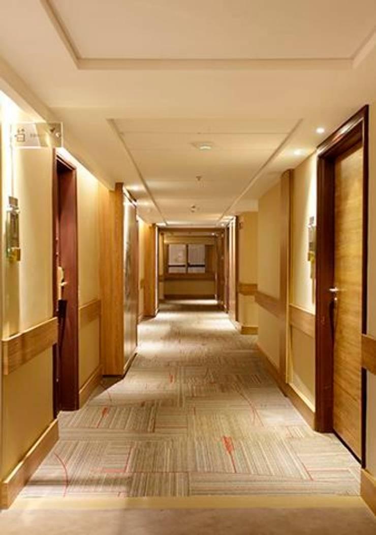 Hotel Novo Mundo – Corredor: Hotéis  por DG Arquitetura + Design,Moderno