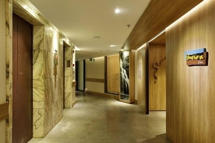 Hotel Novo Mundo - Corredor: Hotéis  por DG Arquitetura + Design,Moderno