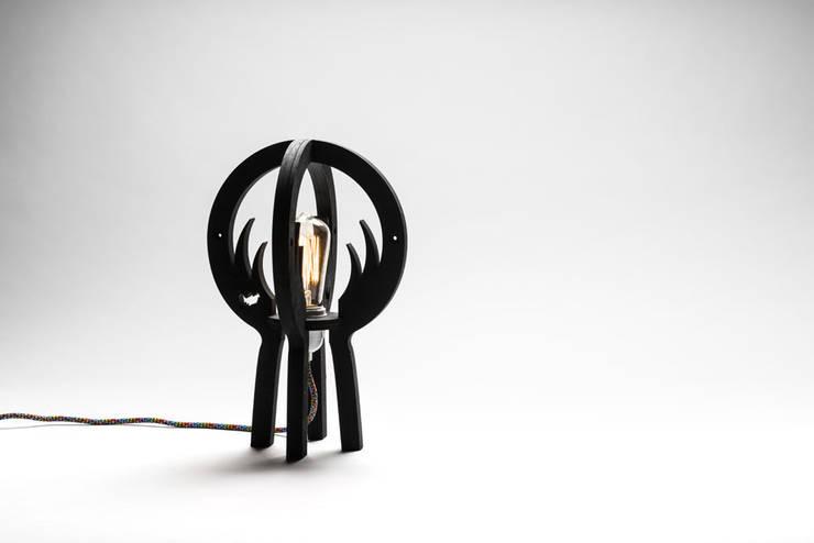 """""""WILD MOON"""":  Woonkamer door Nik Baeyens Design Studio"""