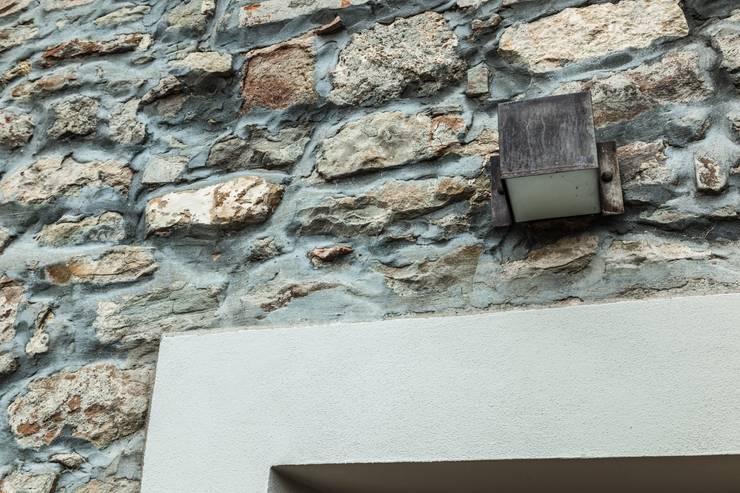 Casa nel borgo:  in stile  di Lucia Bentivogli Architetto