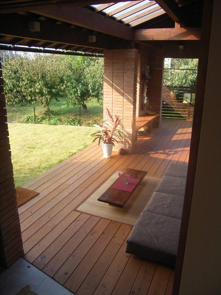 家と庭をつなぐウッドデッキ: SIN・DESIGN・ROOMが手掛けた家です。