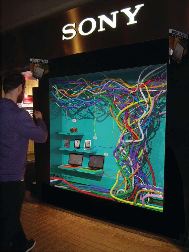 Proyecto de diseño de escaparate Sony Store Barcelona: Espacios comerciales de estilo  de PEANUT DESIGN STUDIO