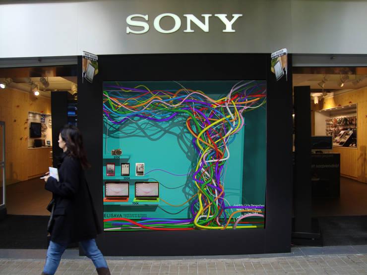 Proyecto de diseño escaparate para Sony Store Barcelona: Espacios comerciales de estilo  de PEANUT DESIGN STUDIO