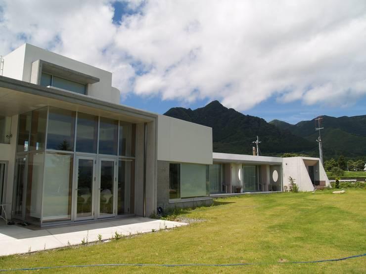 外観前面を見る: 一級建築士事務所ATELIER-LOCUSが手掛けた家です。,モダン