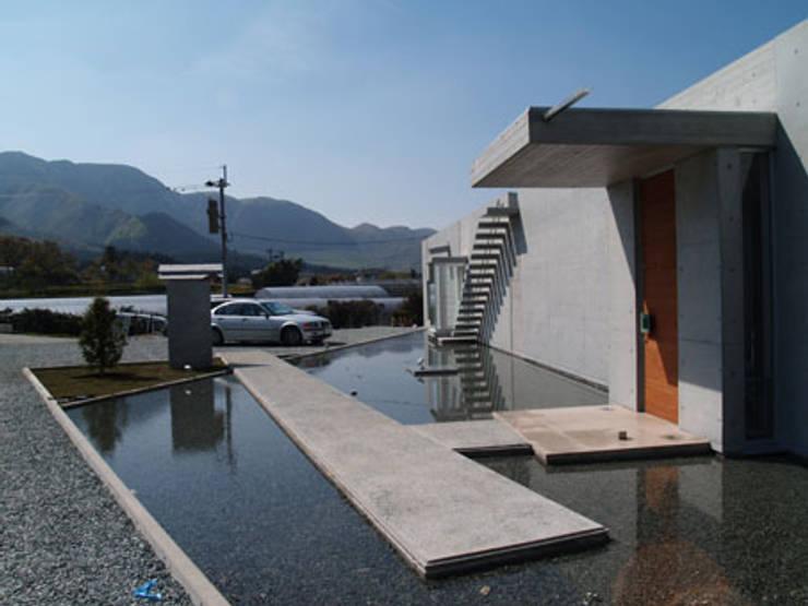アプロ-チを見返す: 一級建築士事務所ATELIER-LOCUSが手掛けた家です。,モダン