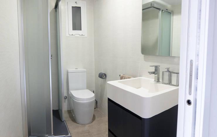 Diseño y reforma integral apartamento dúplex en El Perelló, Valencia: Baños de estilo  de PEANUT DESIGN STUDIO