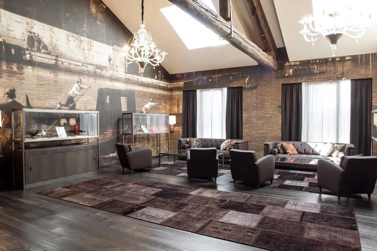 VINTAGE KARMA 6014:  in stile  di sartori-rugs, Moderno