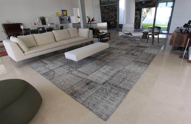 VINTAGE KARMA 6018: Casa in stile  di sartori-rugs