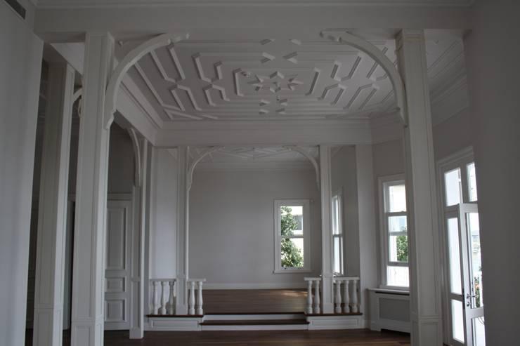 Öztek Mimarlık Restorasyon İnşaat Mühendislik – Konak Baş Oda: klasik tarz tarz Oturma Odası