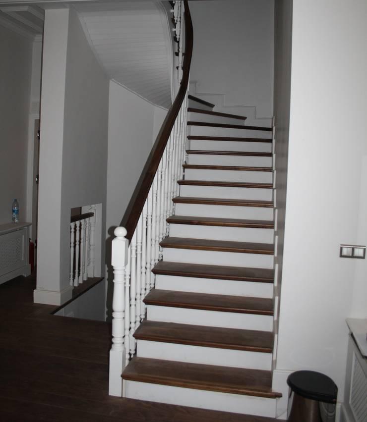 Öztek Mimarlık Restorasyon İnşaat Mühendislik – Ahşap Merdiven: klasik tarz tarz Koridor, Hol & Merdivenler