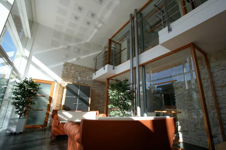 LOGEMENT HQE DANS UN ANCIEN HANGAR AGRICOLE: Maisons de style  par JOSE MARCOS ARCHITECTEUR