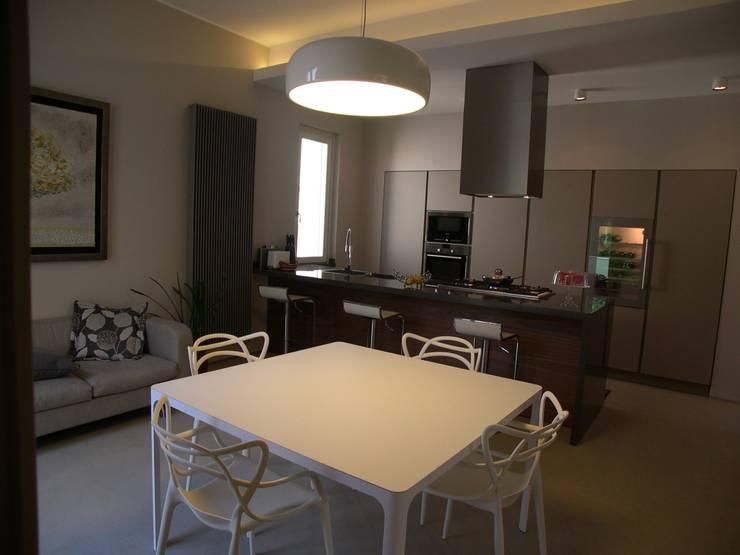 Mazzara Due: Cucina in stile  di Alfonso D'errico Architetto, Moderno