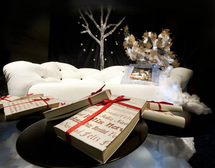 Natale in vetrina: Negozi & Locali Commerciali in stile  di OGARREDO