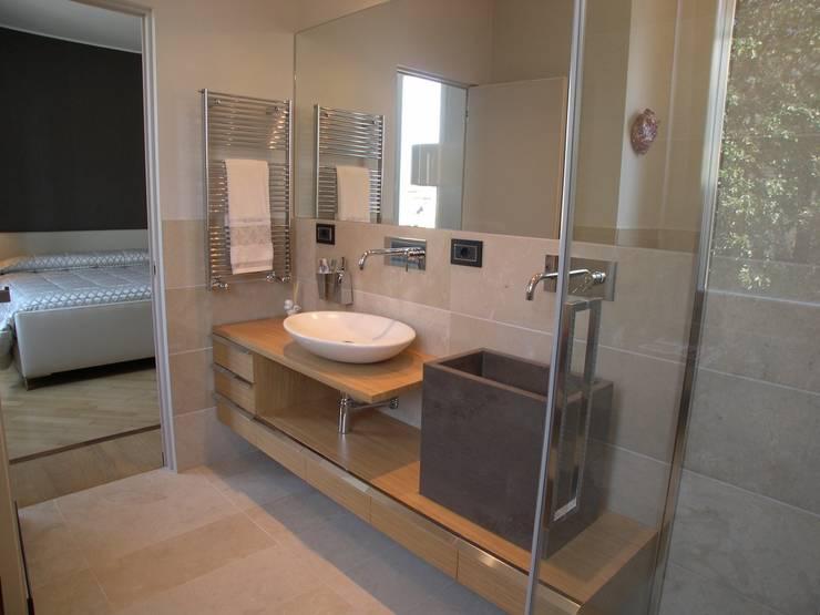 Bagno Zona Note Casa Mazzara due: Bagno in stile  di Alfonso D'errico Architetto