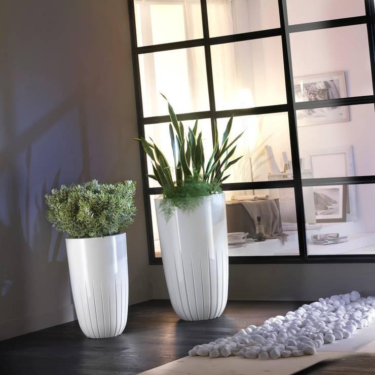 Tera  One Collection Five white: Balcone, Veranda & Terrazzo in stile  di tera-italy