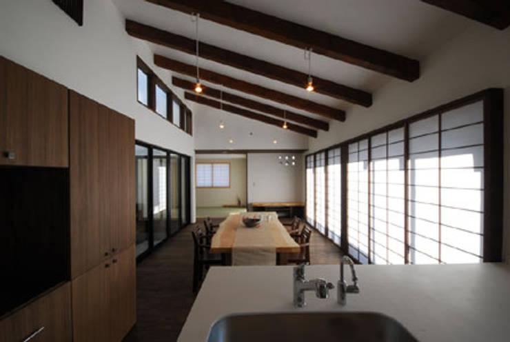 加良部の家: 高松設計事務所が手掛けたリビングです。,クラシック