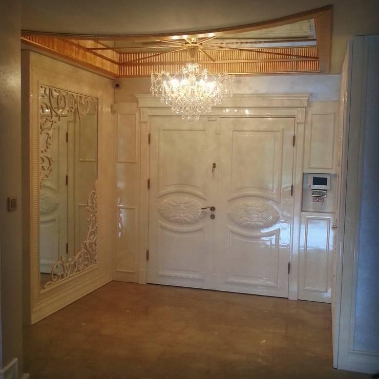kulcu.cem – Giriş kapısı, tavan ve duvar dekoru:  tarz Ev İçi