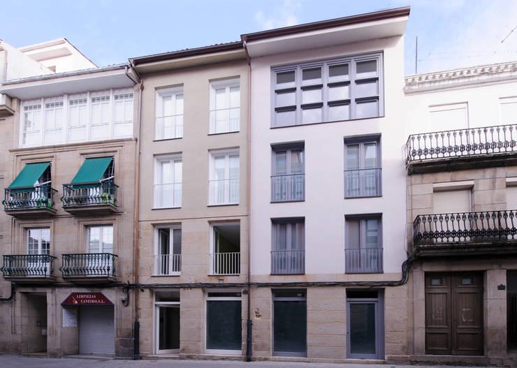EDIFICIO DE VIVIENDAS + BAJO COMERCIAL : Casas de estilo  de arquitectura SEN MÁIS