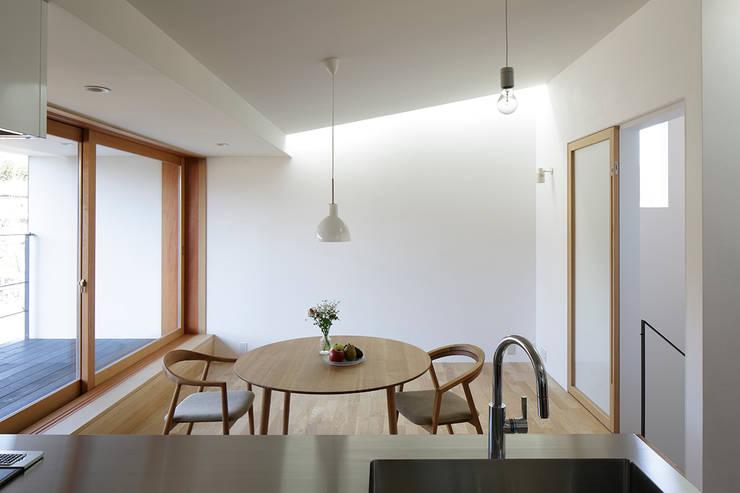 陰影のあるダイニング: 内田雄介設計室 が手掛けた家です。