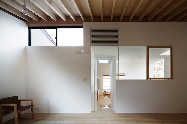 リビング: 内田雄介設計室 が手掛けた家です。