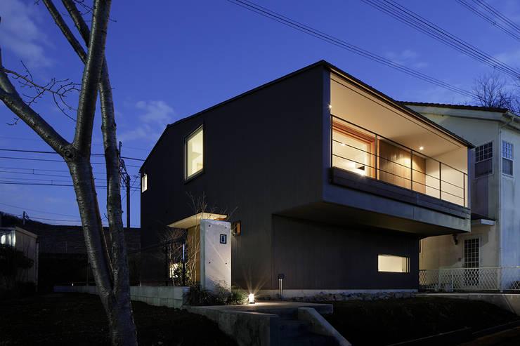 夕景: 内田雄介設計室 が手掛けた家です。