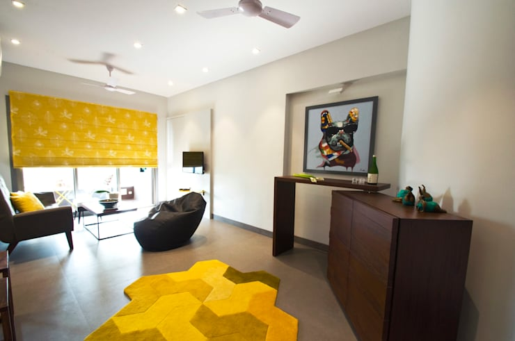 RESIDENCE AT CUFFE PARADE:  Living room by Dhruva Samal & Associates
