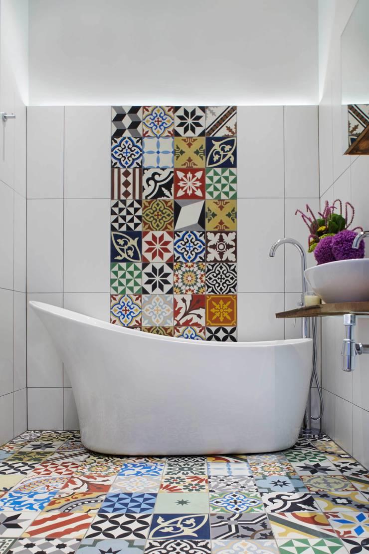 bright & airy flat : hoxton:  Bathroom by Cassidy Hughes Interior Design