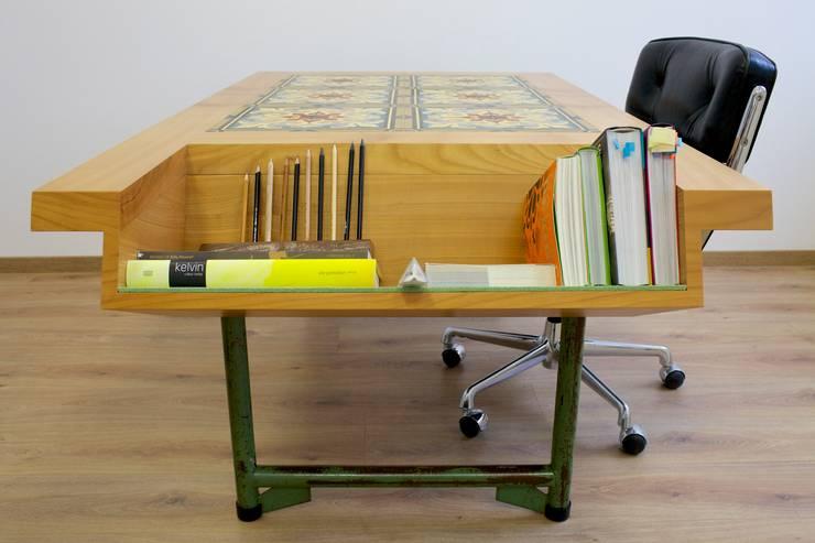 Bodennah - Besprechungstisch mit Zementbodenfliesen:  Arbeitszimmer von Colourform,