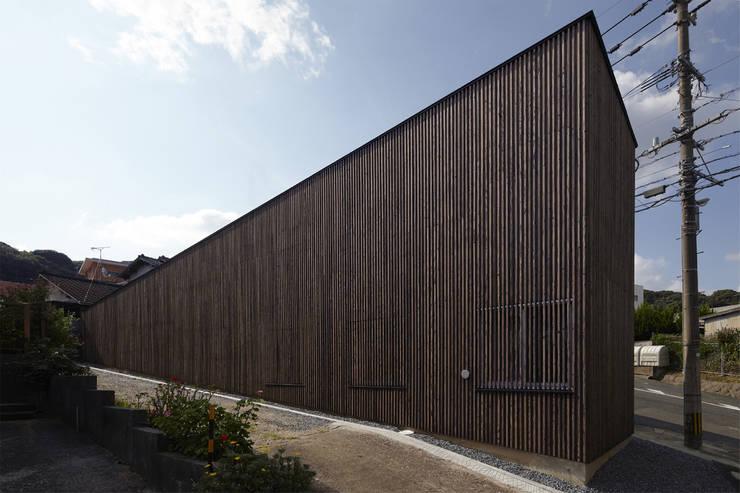 地形に寄り添う家: 一級建築士事務所ROOTEが手掛けた家です。,モダン
