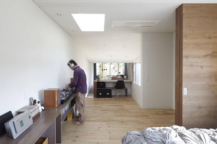 地形に寄り添う家: 一級建築士事務所ROOTEが手掛けた和室です。,モダン