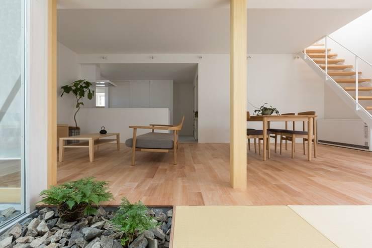 Kusatsu House: ALTS DESIGN OFFICEが手掛けたリビングです。