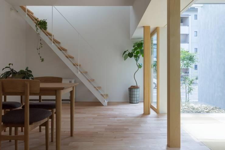Kusatsu House: ALTS DESIGN OFFICEが手掛けた廊下 & 玄関です。