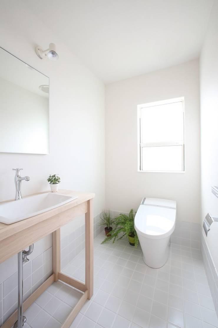 Kofunaki House: ALTS DESIGN OFFICEが手掛けた浴室です。